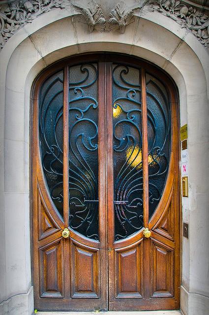 парадные металлические двери в стиле модерн